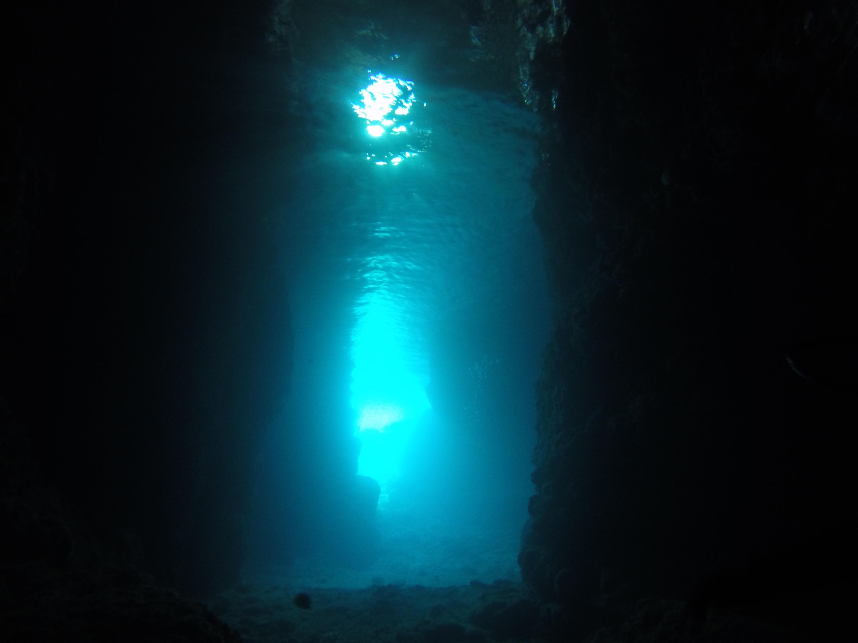 青の洞窟はなんで青いの??
