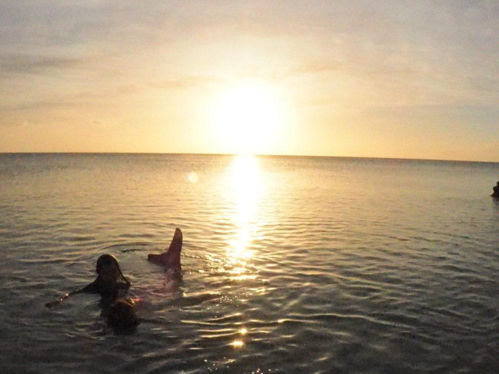 人魚が沖縄のビーチにお忍びで…